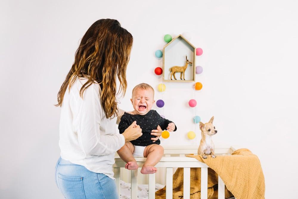 weinendes Baby und Mutter