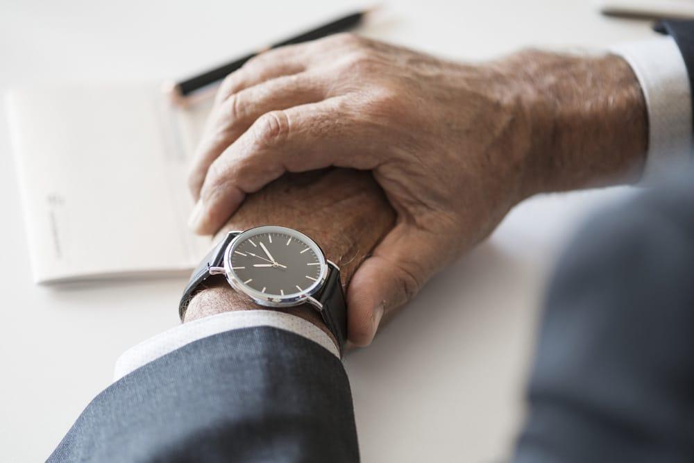 wartender Mann mit Uhr