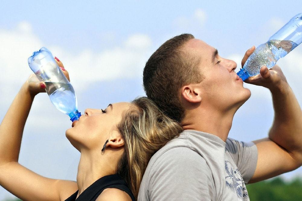 Sportler trinken Wasser