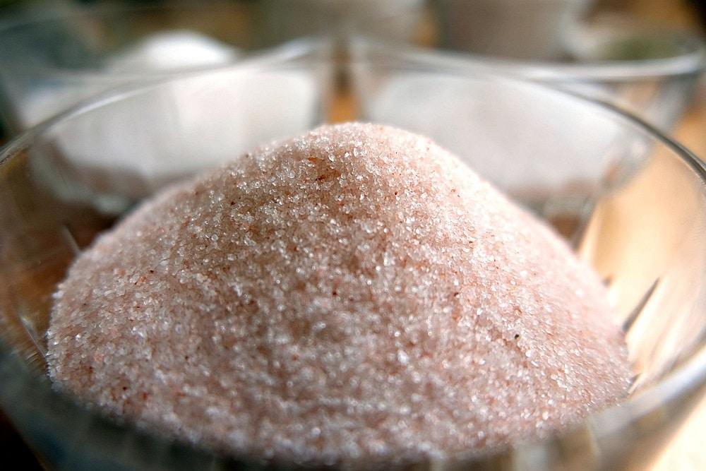Himalaya-Salz gemahlen