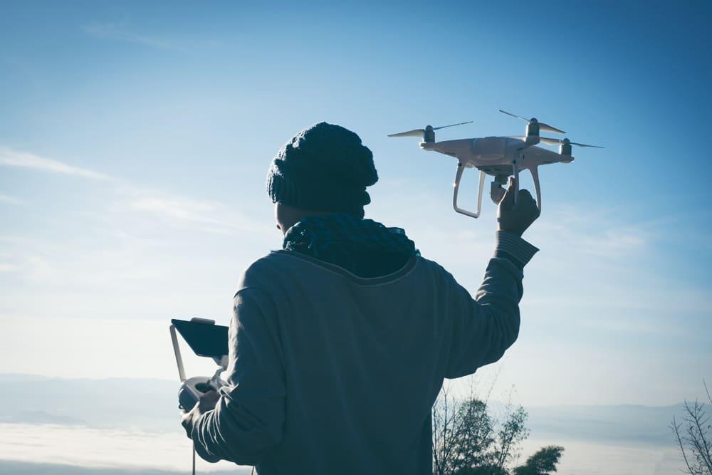 Drohnen-Haftpflichtversicherung Pilot Festhalten