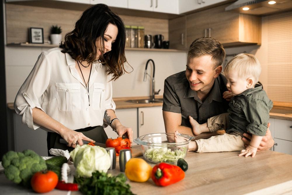 junge Familie ernährt sich gesund