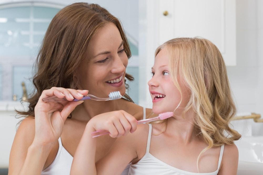 Mundgeruch bei Kindern Zähneputzen Mutter Tochter