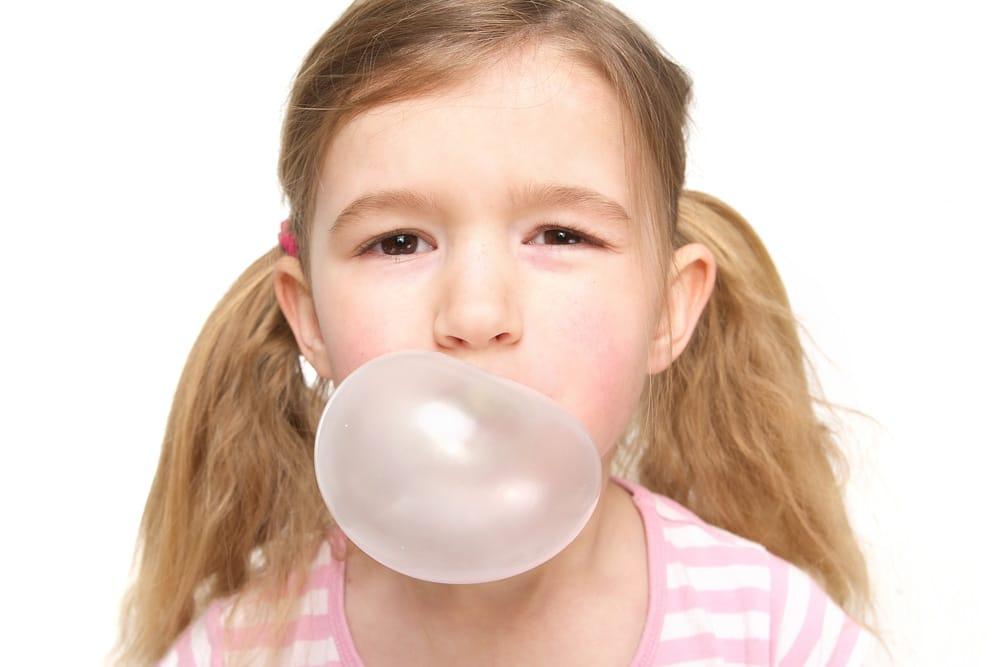 Mundgeruch bei Kindern Tipps Kaugummi Blase