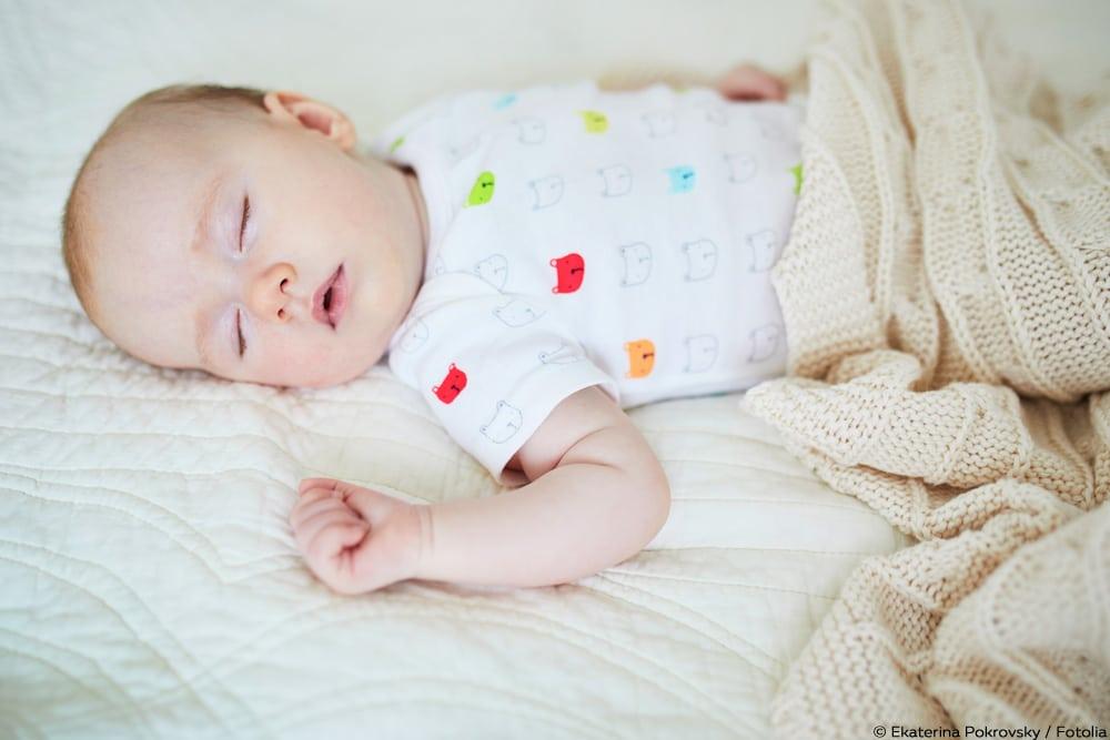 was dem baby nachts zum schlafen anziehen sommer winter. Black Bedroom Furniture Sets. Home Design Ideas