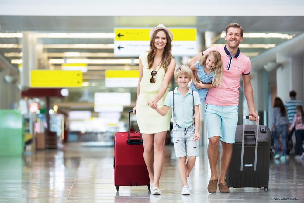 Kindersitz Flugzeug Familie Urlaub Flughafen Sicherheit