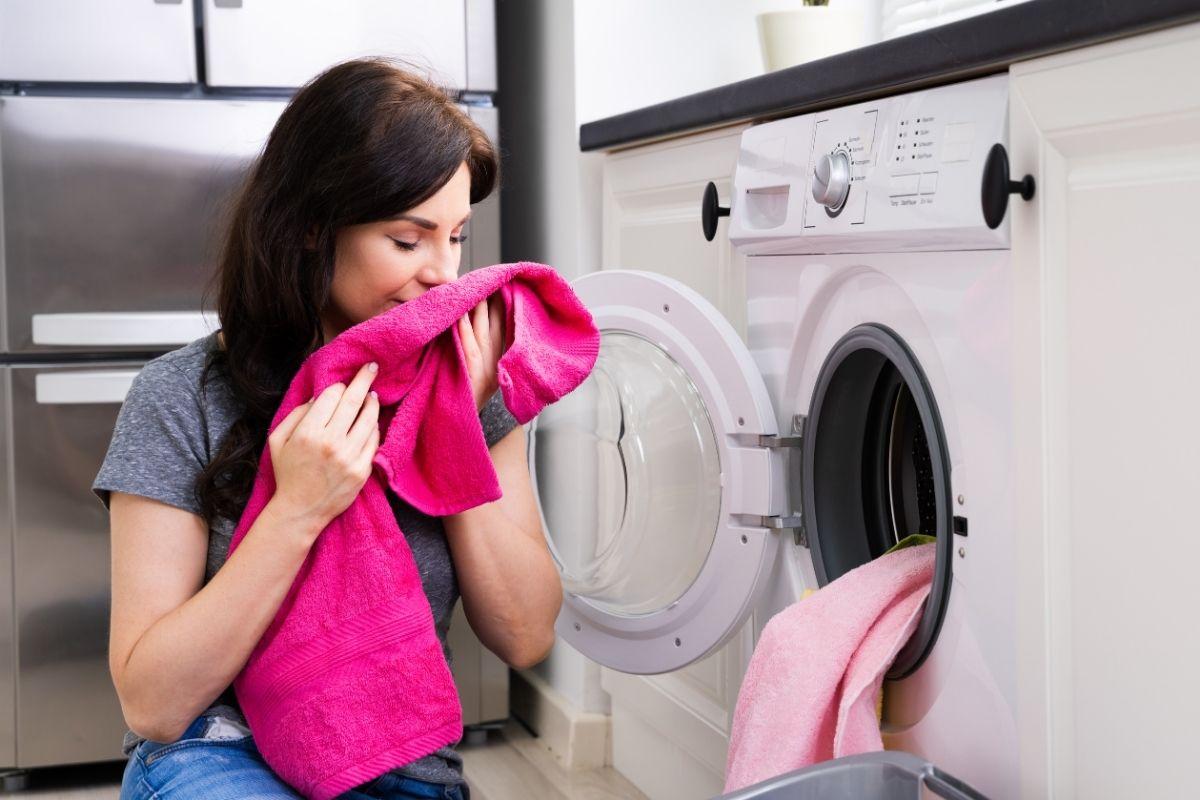 Frau riecht an frischer Wäsche