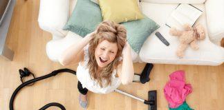 Staubsauger stinkt junge Frau aufgelöst