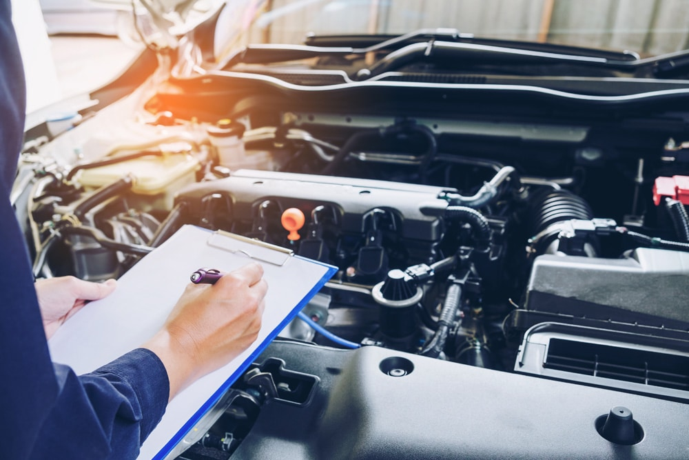TÜV Fristen Strafen Mechaniker Motorhaube Check