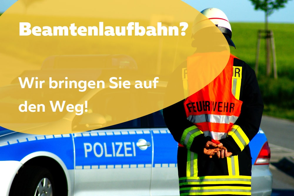 Feuerwehrmann vor Polizeiauto