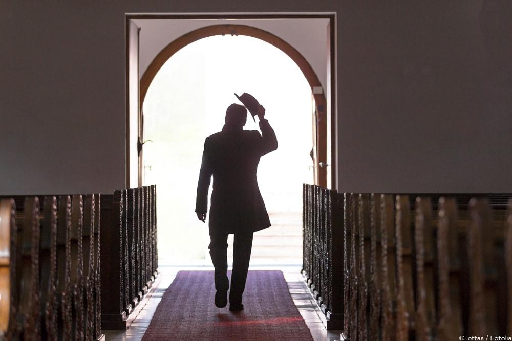 Kirchenaustritt Mann verlässt Kirche