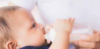 Baby trinkt Muttermilch