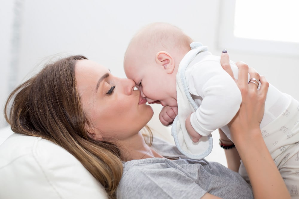 Mutter und Baby kuscheln