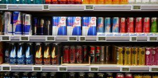 Supermarktregal gefüllt mit Energy-Drinks