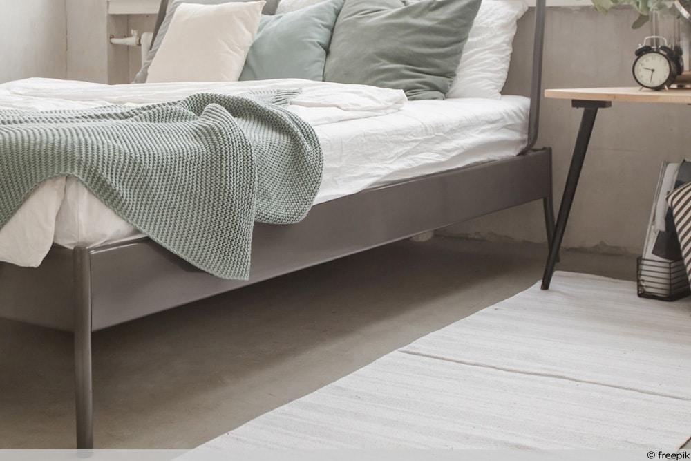 Metallbett quietscht - Fokus auf Bettfüße