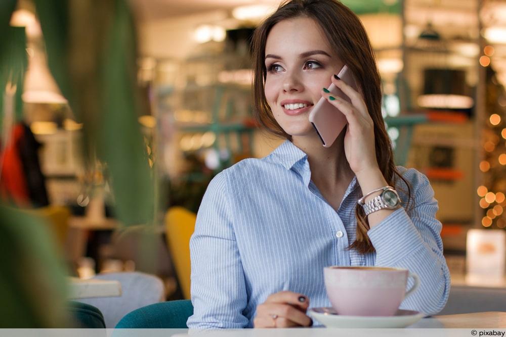 Frau telefoniert - Telefonieren ins EU-Ausland wird günstiger