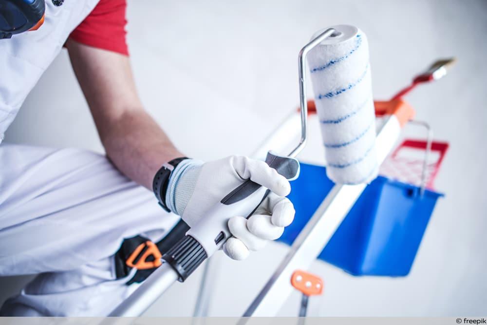 Maler mit Equipment - Maler & Lackierer erhalten höheren Mindestlohn
