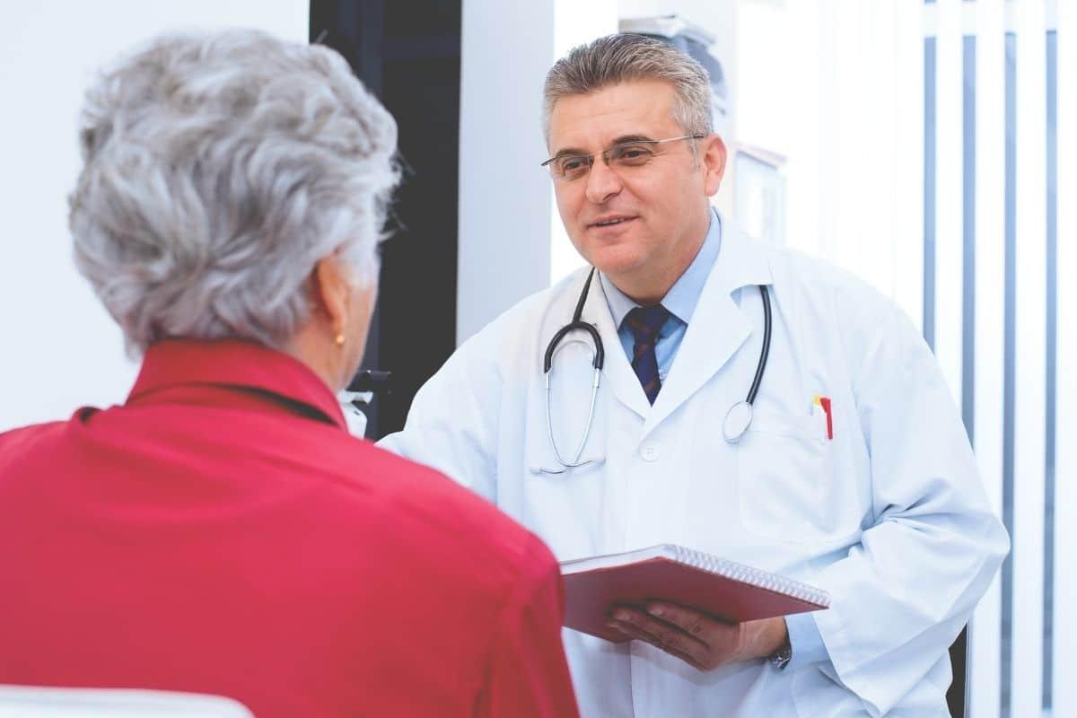 Mineralwasser mit Calcium - Ältere Patientin beim Arzt