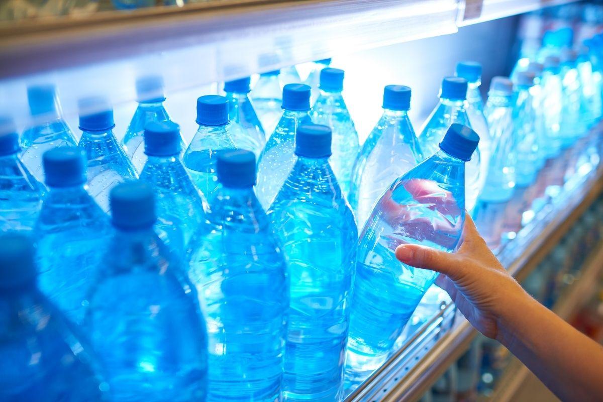 Mineralwasser mit Calcium - Wasserflaschen im Supermarktregal