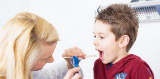 Kind beim Arzt - Ist Pseudokrupp ansteckend