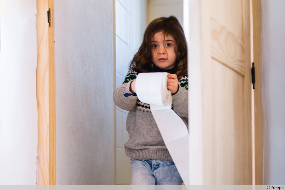Kind mit Toilettenpapier
