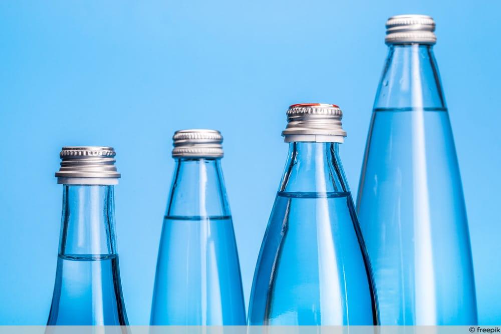 Verschiedene Mineralwasserflaschen nebeneinander