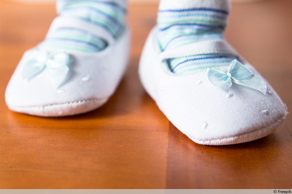 Baby mit Schuhen