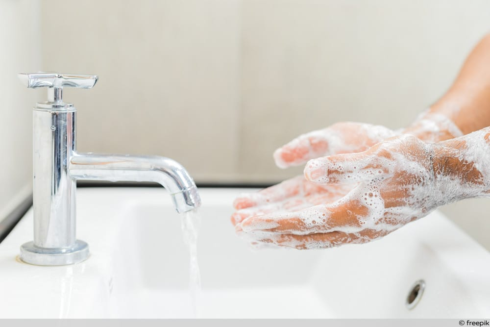 Mann wächst sich Hände mit Seife