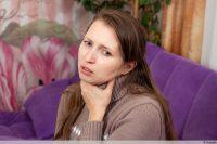 Frau hält sich Hals - Rachenentzündung - Pharyngitis