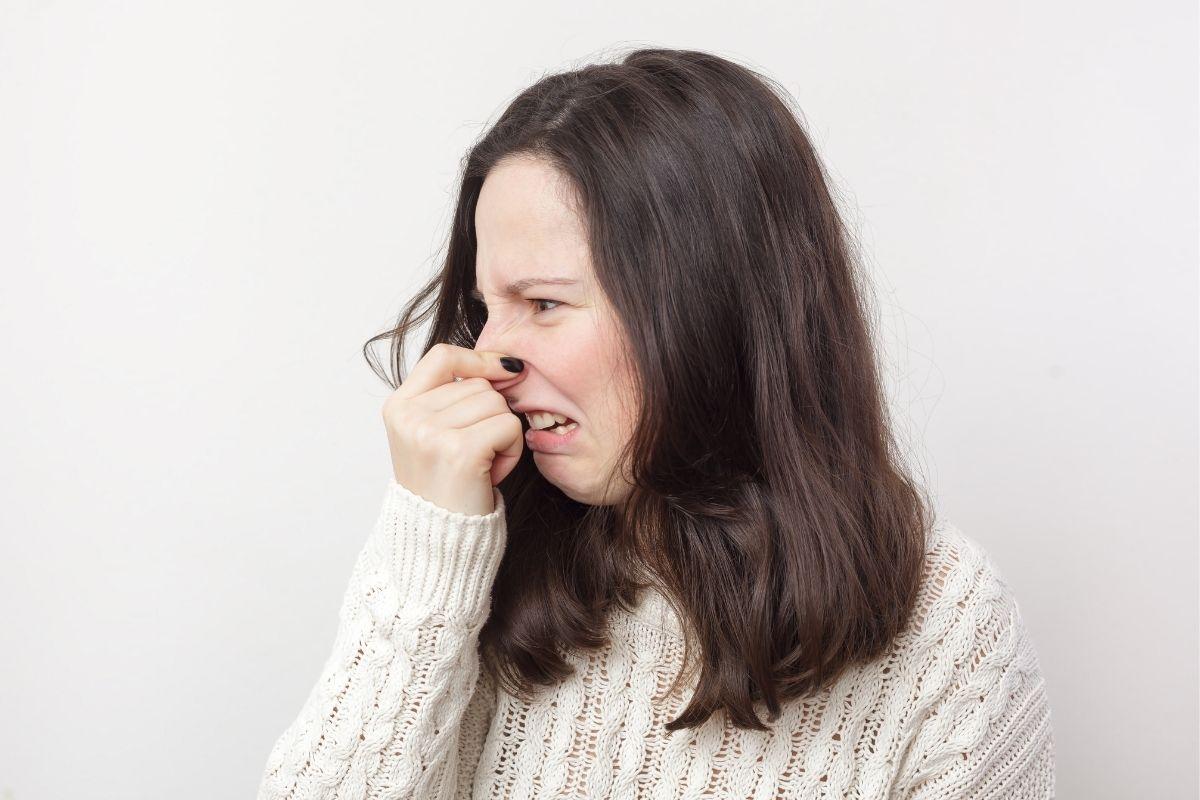 Schlechte Walnüsse erkennen - Frau hält sich Nase zu