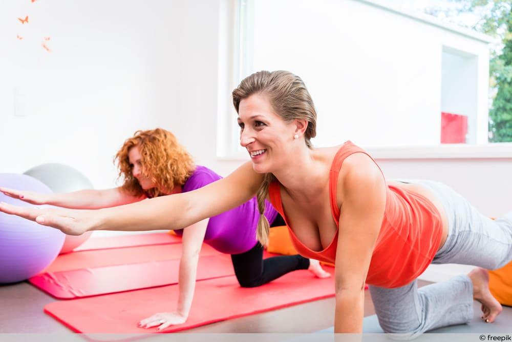 SSW 12 - Zwei Frauen bei Schwangerschaftsgymnastik