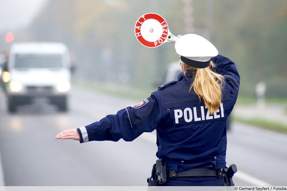 Polizei winkt mit Kelle