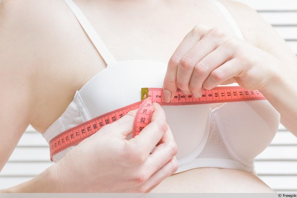 SSW 21 - Frau misst Brust mit Maßband