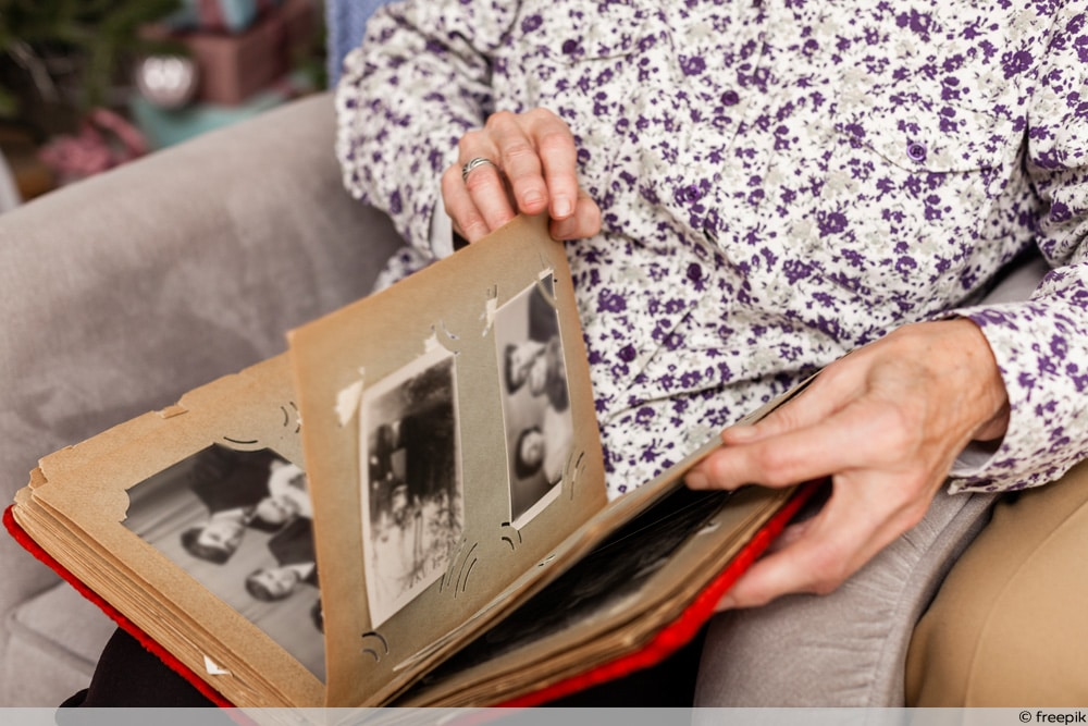 SSW 19 - Frau blättert in altem Fotoalbum