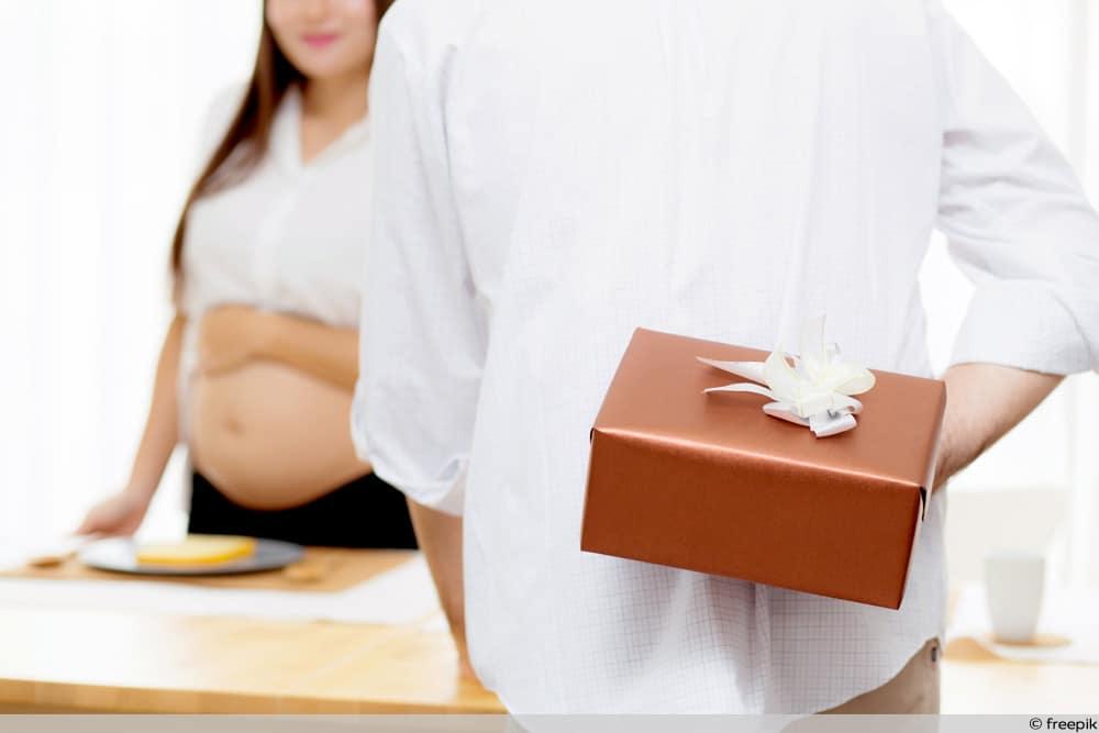 SSW 23 - Partner überrascht Schwangere mit Geschenk