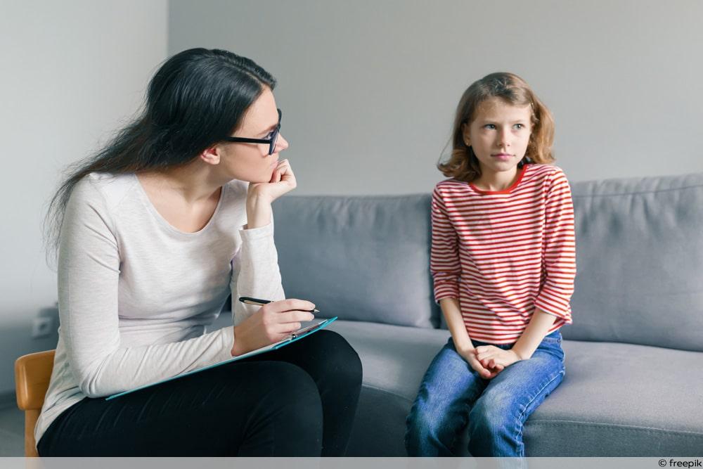 Kindeswohlgefährdung - Kinderpsychologin im Gespräch mit Mädchen