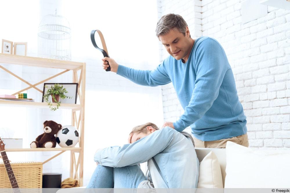 Kindeswohlgefährdung - Vater schlägt Sohn mit Gürtel