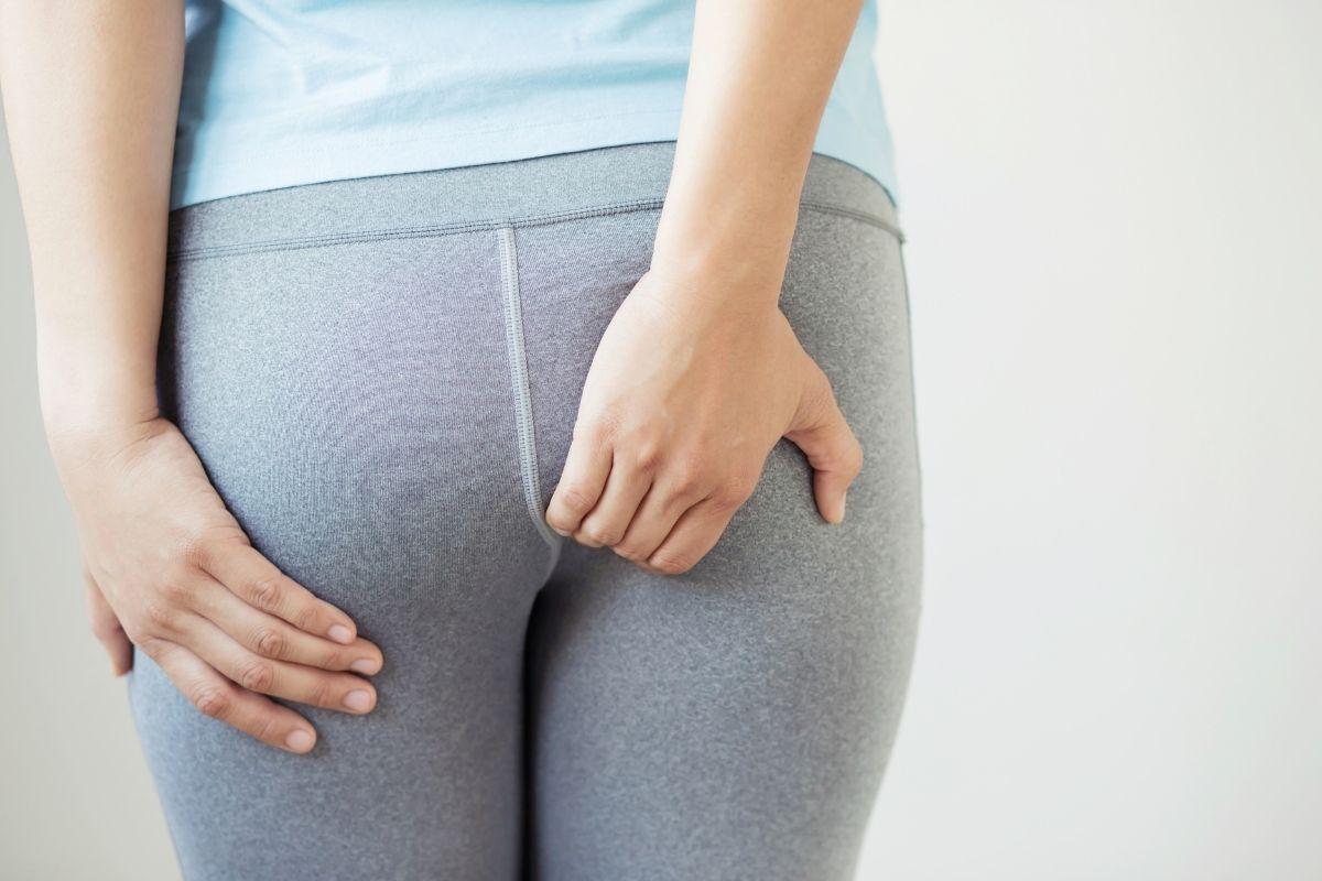 Madenwürmer - Frau kratzt sich am Hintern