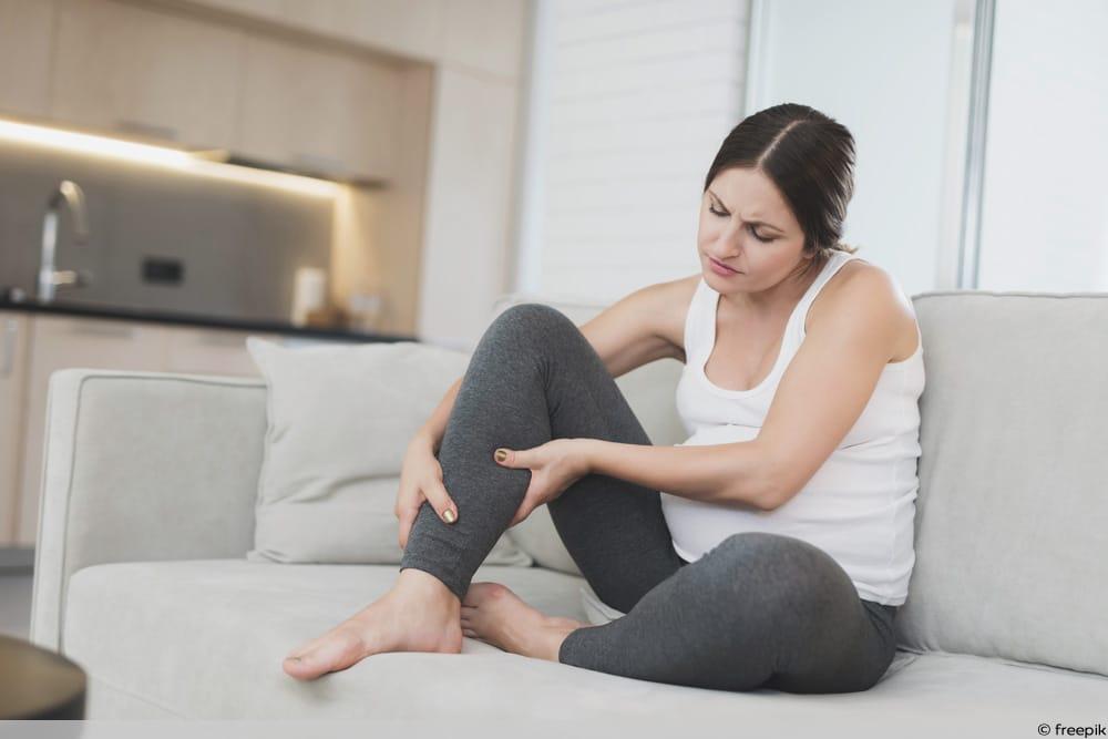 SSW 15 - Schwangere auf Couch mit Wadenkrampf