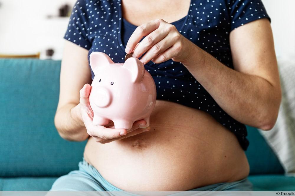 Schwangere steckt Geld in Sparschwein