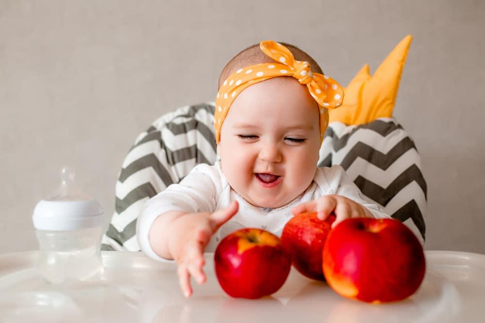 Apfel essen Baby