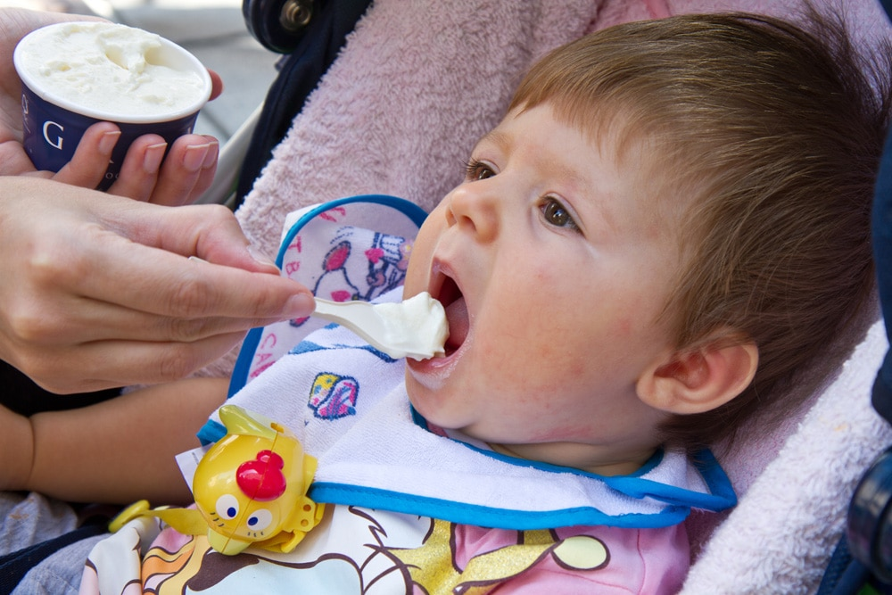 Baby isst Eis