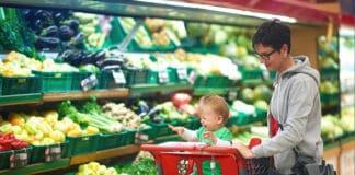 Baby mit Mama beim Einkaufen
