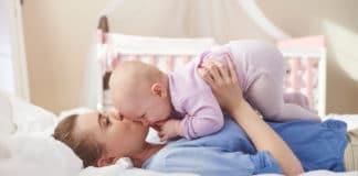 Baby kuschelt mit Mama