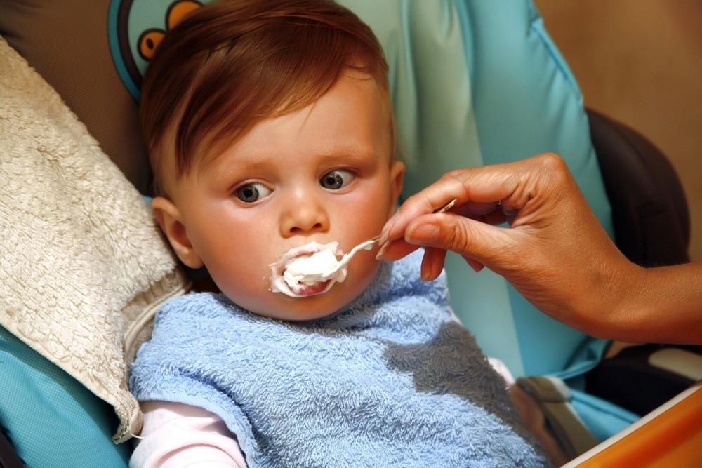 Baby isst Fruchtzwerg
