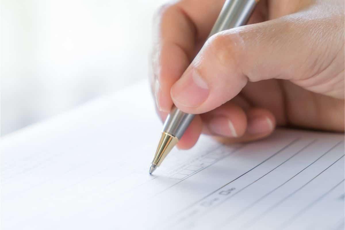 Sozialbetrug - Ausfüllen von Dokumenten